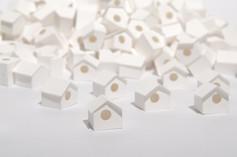 Sem título, 2015   Casinhas de passarinho de dobradura de papel branco g/m² 220 Amontoado com 300 casinhas Dimensões individuais: 1,5 cm x 1,5 cm 1,5 cm Dimensões da instalação: 100 cm x 100 cm x 100 cm Fotografia: Junior Luis Paulo