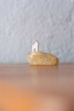 Sem título, 2018  Casinha de papel de 1 cm ³ e pedra de rio recolhida em João Neiva/ES
