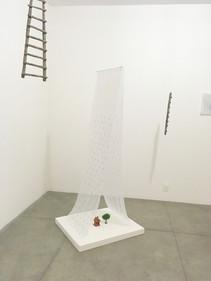 Choveu, 2018  Instalação com bordados e miçangas sobre tecido voil, brinquedo e miniatura Obra produzida durante a Residência Artística (Casa B), no Museu Bispo do Rosário Arte Contemporânea, em Jacarepaguá/RJ.