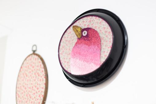 Cabeça de pássaro rosa damares, 2019  Bordado sobre peneira de cozinha e tecido estampado Dimensões: 24,5 cm x 25,5 cm x 03 cm