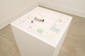 A planta, 2017  Desenho bordado a mão sobre lenço de algodão branco, miniaturas de cama, cadeira e criado-mudo e caixa de acrílico Dimensões: 44 cm x 44 cm x 05 cm Fotografia: Junior Luis Paulo