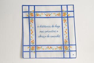A distância de hoje nos permitirá o abraço de amanhã [parte 2 do tríptico], 2020  Bordado sobre lenço de algodão estampado  Dimensões: 46 cm x 28 cm  Fotografia: Junior Luis Paulo