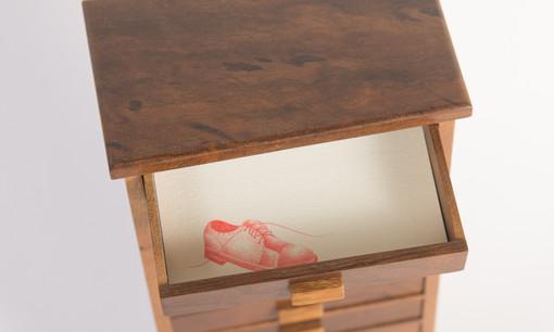 Com a gaveta entreaberta ilumino os sonhos à meia-luz [detalhe], 2018  Grafites coloridos para lapiseira 0.5 mm sobre papel creme g/m² 220 e miniatura de madeira com 13 gavetas Dimensões: Desenho – 5,3 cm x 09 cm | Miniatura – 28 cm x 11,5 cm x 07 cm Fotografia: Junior Luis Paulo