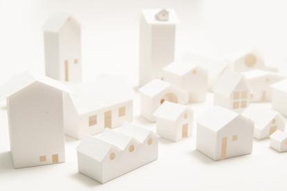 Vilarejo, 2018  Instalação com 26 casinhas de papel produzidas sem moldes. Cada objeto tem formato individual. As dimensões individuais são variadas. Dimensões da instalação: 100 cm x 100 cm x 100 cm Fotografia: Junior Luis Paulo
