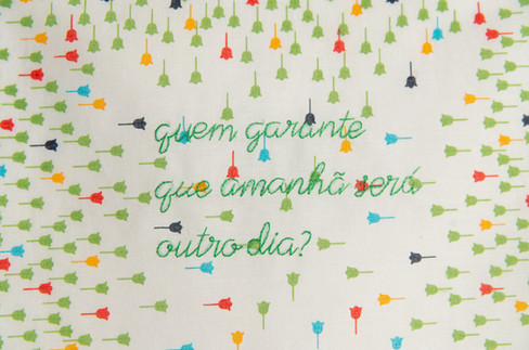 Quem garante que amanhã será outro dia? [detalhe], 2020  Bordado sobre lenço de algodão estampado Dimensões: 30 cm x 30 cm Fotografia: Junior Luis Paulo
