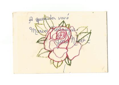 """À querida vovó Maria Rodrigues [verso], 2020  Série """"Casa 34"""" Bordado sobre envelope de cartão com marcas do tempo (sem data) Dimensões: 09 cm x 14 cm"""