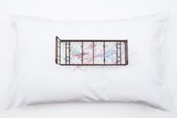Sem título,  2016  Fronha bordada, travesseiro, miniatura de cama e lâmpada suspensa  Instalação com dimensões variáveis Fotografia: Junior Luis Paulo