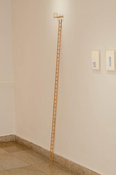 Sem título, 2016   Escadinha de madeira jacarandá e miniatura de cama  Instalação com dimensões variáveis | escadinha: 200 cm x 7 cm x 1 cm  Fotografia: Junior Luis Paulo