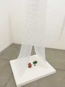 Choveu [detalhe], 2018  Instalação com bordados e miçangas sobre tecido voil, brinquedo e miniatura Obra produzida durante a Residência Artística (Casa B), no Museu Bispo do Rosário Arte Contemporânea, em Jacarepaguá/RJ.