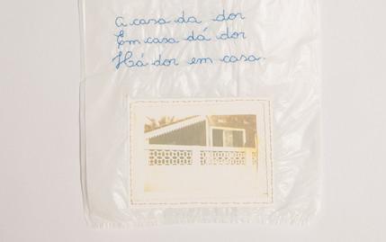 A casa da dor. Em casa dá dor. Há dor em casa [detalhe], 2016  Desenho bordado sobre sacola plástica branca e fotografia Dimensões: 35 cm x 18,5 cm Fotografia: Junior Luis Paulo