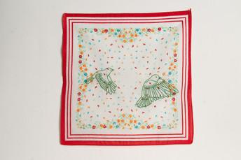 Vôo [parte do tríptico], 2020  Bordado sobre lenço de algodão estampado  Dimensões: 46 cm x 28 cm (parte 3) Fotografia: Junior Luis Paulo