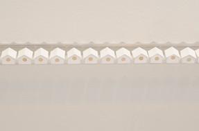 Sem título, 2016   Casinhas de passarinho de dobradura de papel branco g/m² 220 sobre prateleira de acrílico transparente Linha com 400 casinhas Dimensões individuais: 1,5 cm x 1,5 cm 1,5 cm Dimensões da instalação: 02 cm x 640 cm x 05 cm Fotografia: Junior Luis Paulo