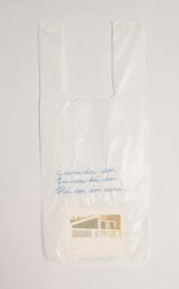 A casa da dor. Em casa dá dor. Há dor em casa, 2016  Desenho bordado sobre sacola plástica branca e fotografia Dimensões: 35 cm x 18,5 cm Fotografia: Junior Luis Paulo