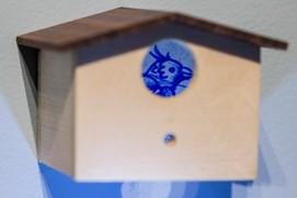 Casa de passarinho, 2015  Instalação com 05 casinhas de madeira de pau ferro e abeto e desenhos com papel carbono sobre papel de algodão Dimensões individuais: 06 cm x 06 cm x 06 cm Dimensões da instalação: 300 cm x 300 cm x 300 cm  Fotografia: Edson Chagas