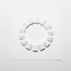 Sem título, 2015   Casinhas de passarinho de dobradura de papel branco g/m² 220 combinadas sobre papel de algodão Dimensões: 17 cm x 17 cm 1,5 cm Fotografia: Junior Luis Paulo
