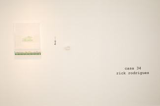 A casa, a chave, a fachada e o jardim, 2017/18  Dobradura de papel branco 200g/m² e prateleira de acrílico; Chave de metal (objeto); Desenho bordado sobre lenço de algodão branco, brinquedos e prateleira de acrílico Dimensões variáveis Fotografia: Junior Luis Paulo