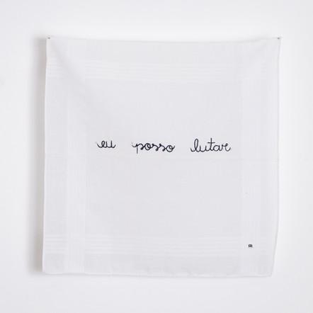 Eu posso perder. Eu posso lutar [detalhe], 2020  Bordado sobre lenço de algodão branco Dimensões: 34 cm x 36 cm