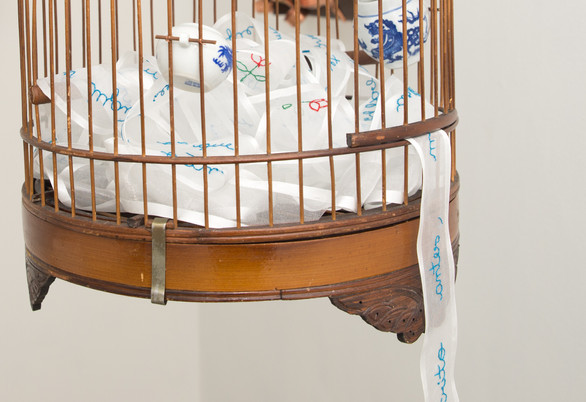 Carta a quem não leu [detalhe], 2017  Carta de 1977 bordada a mão sobre fita voil de 10 metros e gaiola de madeira antiga Dimensões: 30 cm x 30 cm x 30 cm Fotografia: Junior Luis Paulo