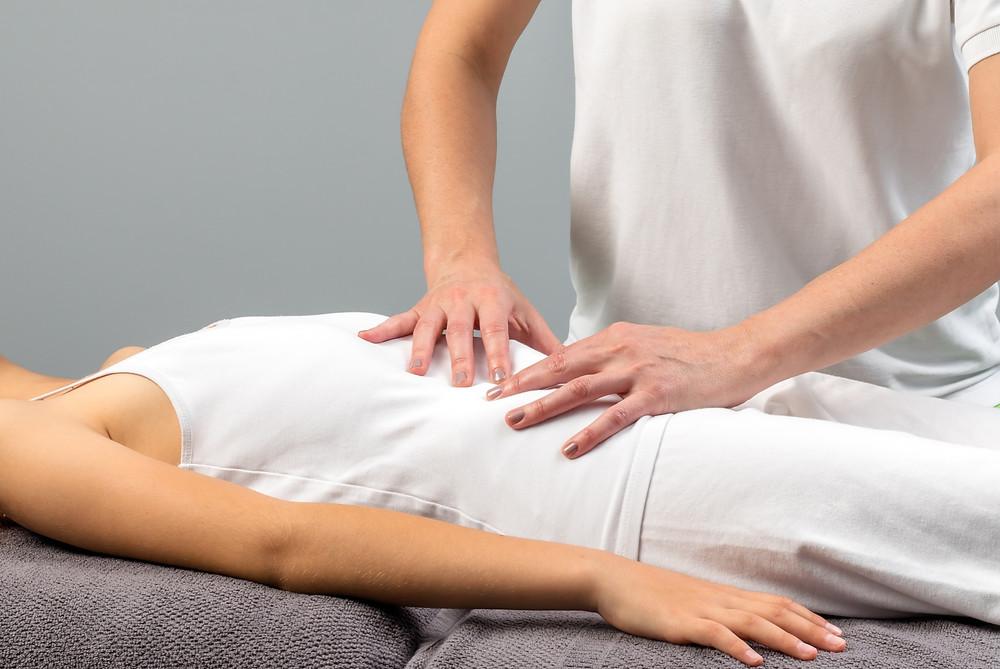 L'ostéopathie s'attarde à relâcher manuellement les adhérences de l'abdomen suite à une opération.