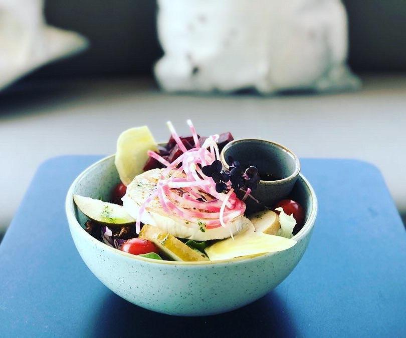 Frische Salat Bowls at Lycka coffeebar Meilen