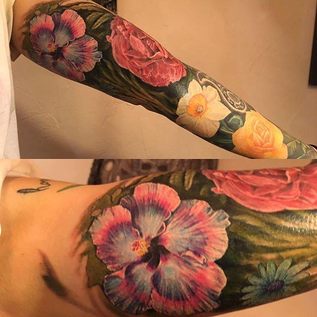 Hibiscus added to Emily's sleave #hibiscus #hibiscustattoo #flowertattoo #inkadinkadootattoo #tonyur
