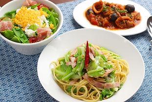 【レシピ画像全体像】春キャベツのペペロンチーノ、イカのトマト煮、ミモザサラダ.j