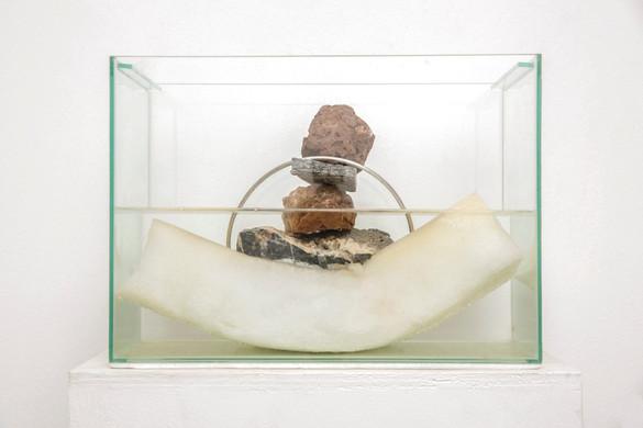 Induced Levitation | 2017 | Aquarium, stones, aluminum, water and foam | 35 x 20 x 25 cm