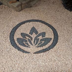Flor de loto, piedra negra y mármol salm