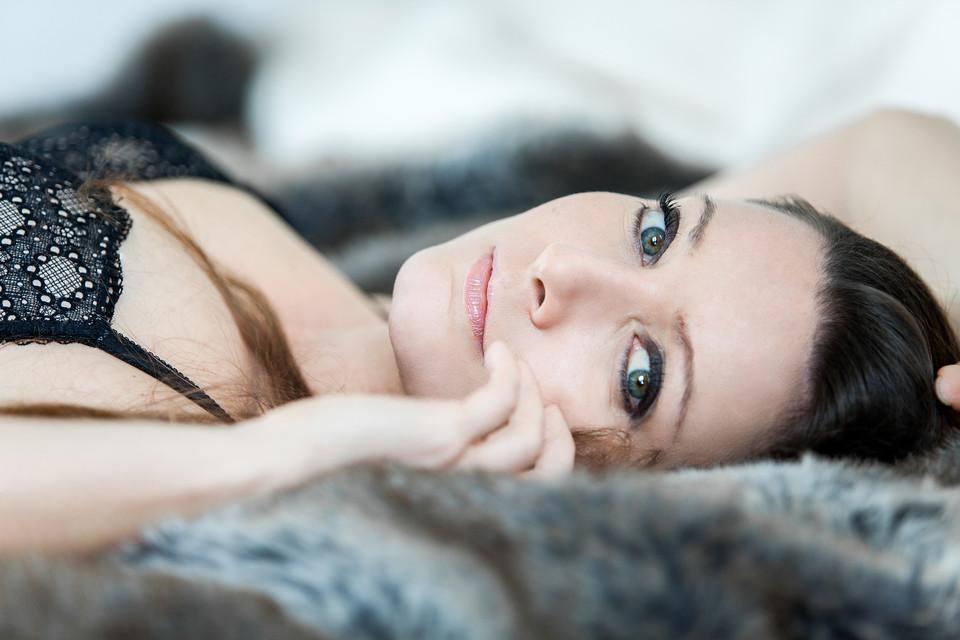 boudoir photography brunette green eyes