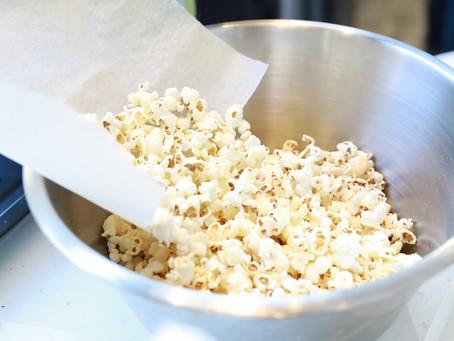 Découvrez 6 bonnes raisons de manger du pop-corn sans culpabiliser.