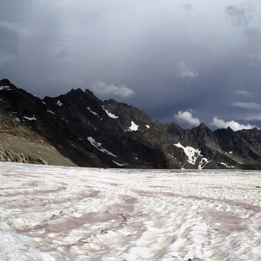 Fin du pierrier, on foule le glacier