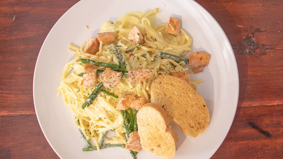 Spaghetti con Salmón y Espárragos al Alzafrán (Chef Oscar Alvarado)