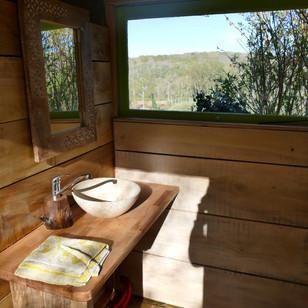 Lavabo avec vue sur la vallée.