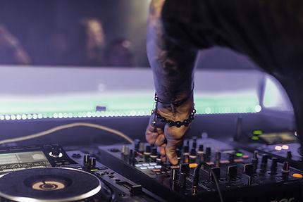 DJ Spinning Musik