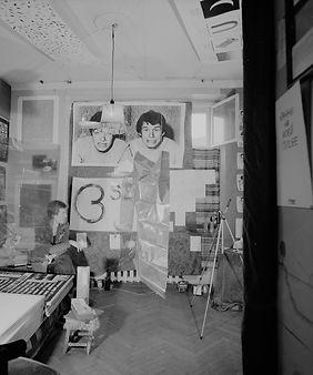 Никита Алексеев в своей квартире во время первой выставки АПТАРТа. Осень 1982. Фото Георгия Кизевальтера.  