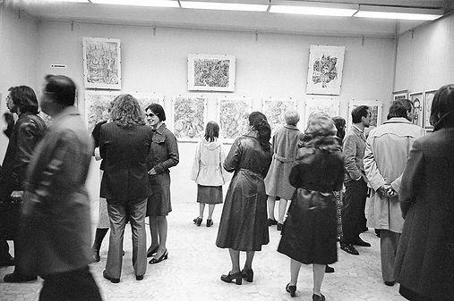 Первые выставки в Горкоме графиков на ул. Малая Грузинская, 28. Май 1976. Первые зрители // Фото: Валентин Серов, архивный №.1746.  