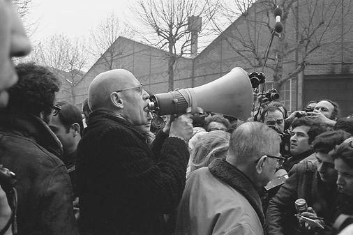 Мишель Фуко и Жан Поль Сартр на демонстрации перед входом фабрики Renault в знак протеста против убийства Пьера Оверни. Фото:Джозе Лоренцо.1972 г.  