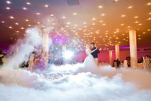 Rasveta za salu uz niski dim i balončiće ti omogućuje vrhunsku fotogrfiju prvog plesa.
