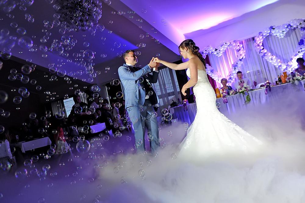 Prvi ples na vjenčanju uz niski dim i balončiće, atraktivno kako za mladence tako i za fotografa i snimatelja.