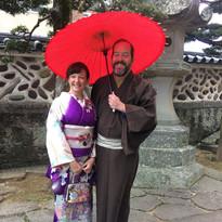 番傘でカップル