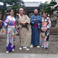 お寺の前で着物を着てポーズ