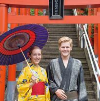 神社の鳥居の前で着物を着たカップル