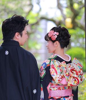 着物と袴のクラシックウェディング姿の夫婦