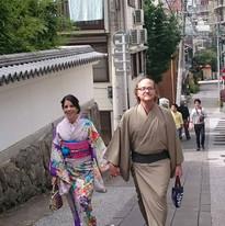 着物を着て手を繋ぎ歩くカップル
