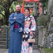 神社の前で着物を着たカップル