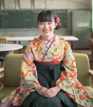 大学卒業式の袴を着た女性