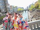 眼鏡橋をバックにメガネポーズをする3人の女の子