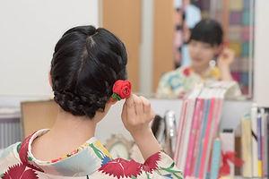 髪飾りを触る着物女子