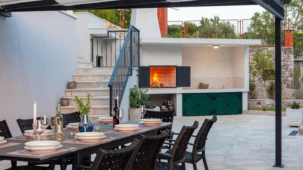 Villa Nina in Tucepi near Makarska, Croatia has outdoor eating area for family vacation