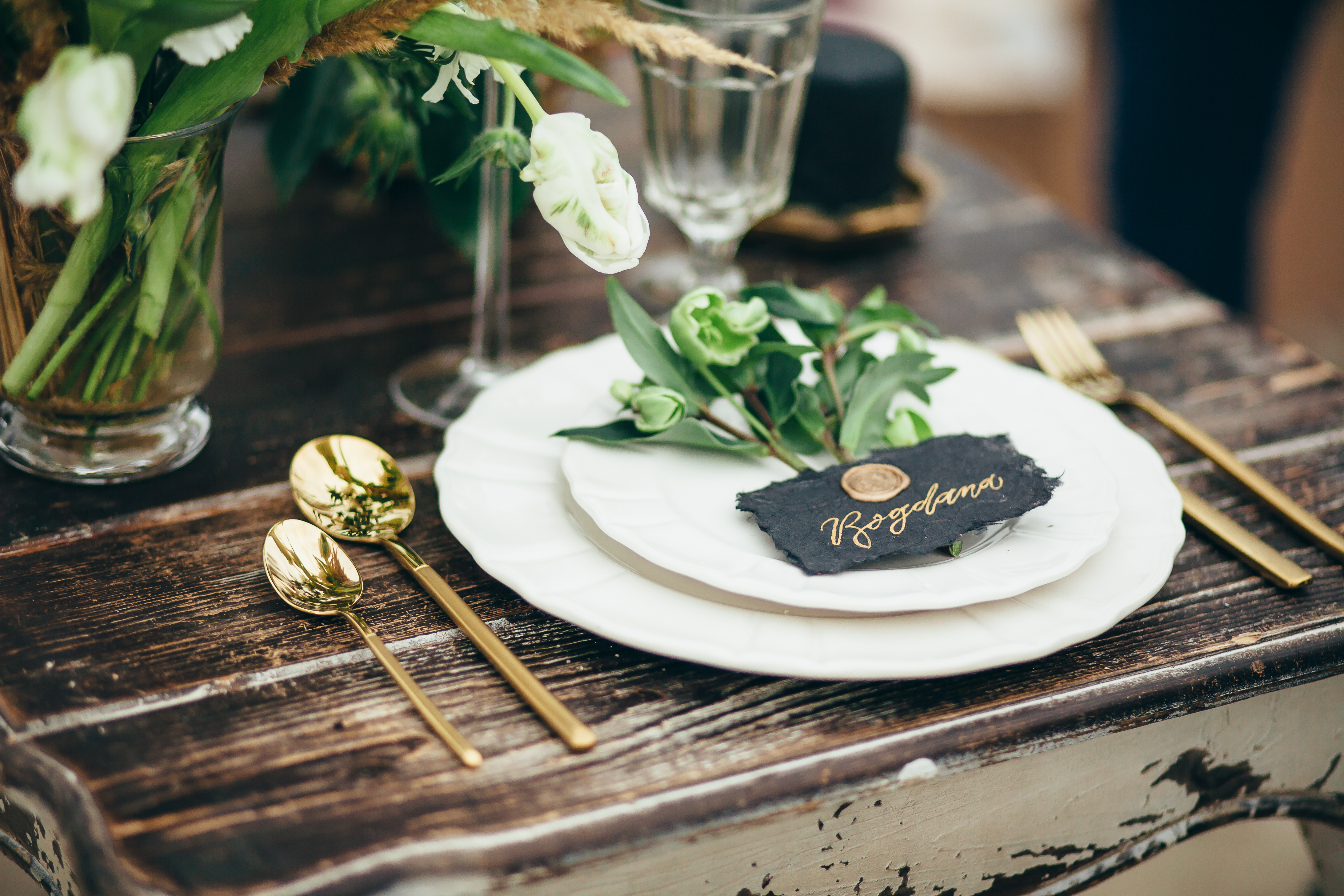 wedding decor, flowers, black and gold d